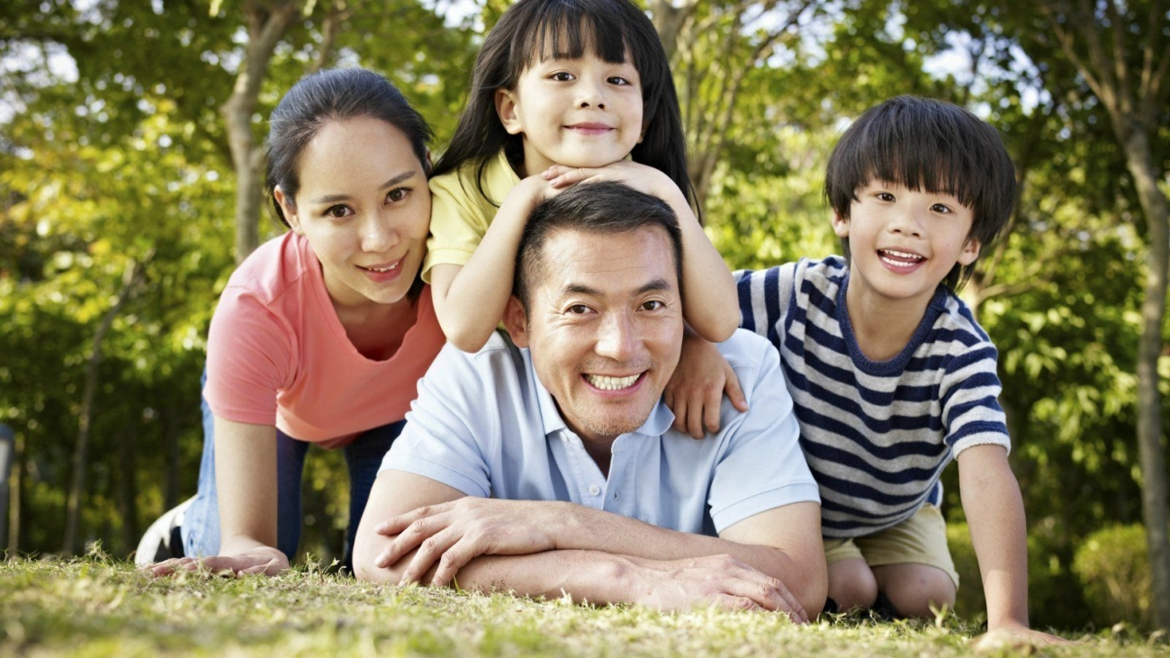 chinese-family-in-park-happy-family